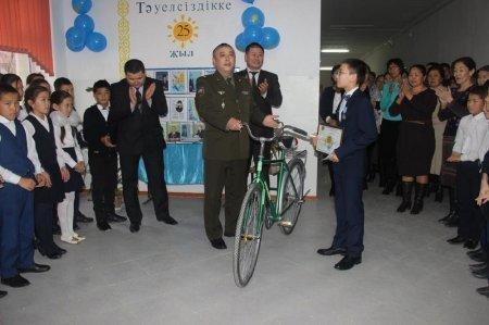 Вытащивший из пожара троих детей подросток из Мангистау получил медаль и велосипед
