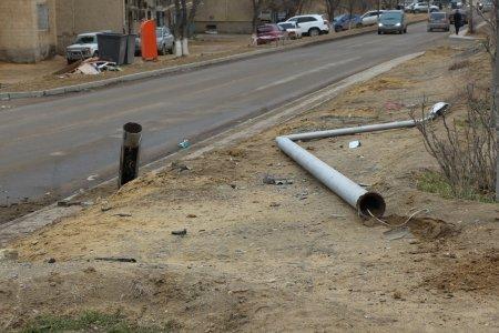 В 14 микрорайоне Актау водитель Volkswagen Passat снес фонарный столб