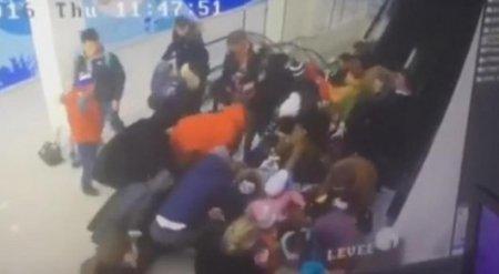 Видео массового падения детей с эскалатора в Ставрополе появилось в Сети